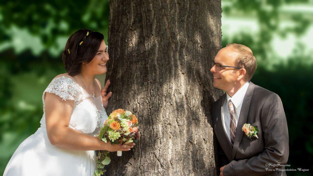 Brautpaar am Baum